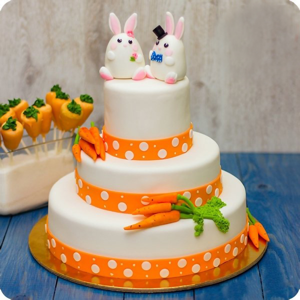 Торт с минималистичными зайцами и морковками
